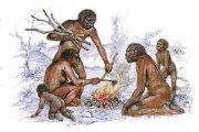 Esemplari di Homo erectus intorno a un fuoco