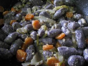 Gnocchi di patate vitelotte con noci, caciocavallo e verdure